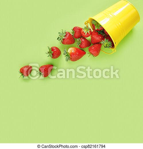 tavola., raccogliere, verde, delicato, sparso, fondo., fragole fresche - csp82161794