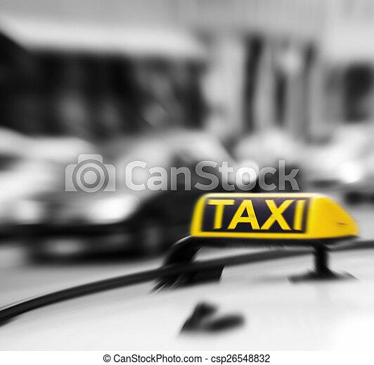 Señal de taxi en el coche en movimiento borroso - csp26548832