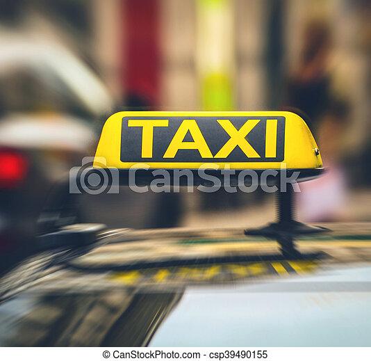 Señal de taxi en el coche en movimiento borroso - csp39490155