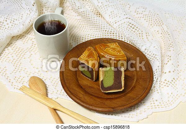 La taza de café y el pastel de luna sirven en plato de madera - csp15896818