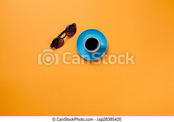 Una taza de café con gafas - csp28385420