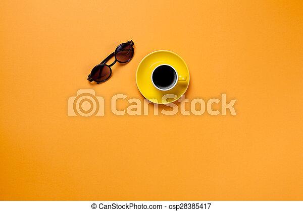 Una taza de café con gafas - csp28385417