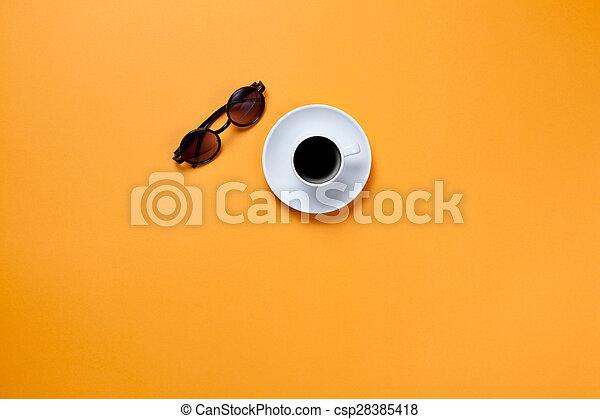 Una taza de café con gafas - csp28385418