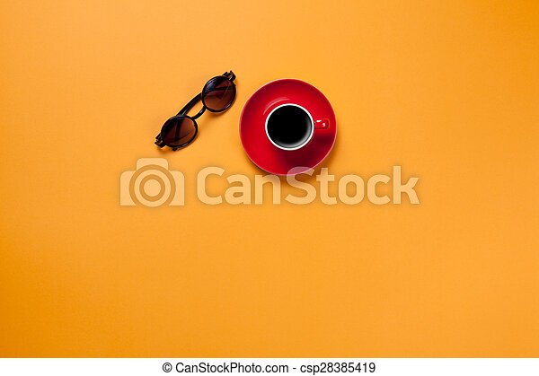 Una taza de café con gafas - csp28385419