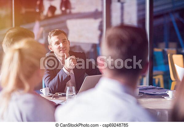 teambesprechung, geschäftsbüro, junger - csp69248785