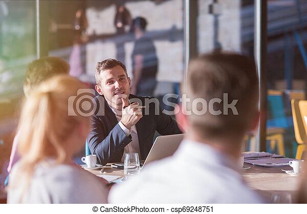 teambesprechung, geschäftsbüro, junger - csp69248751