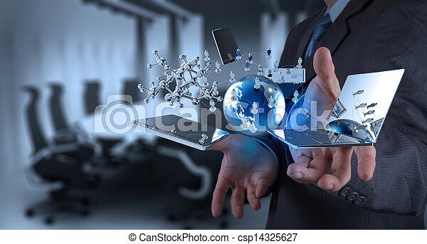Geschäftsmann, der an moderner Technologie arbeitet - csp14325627