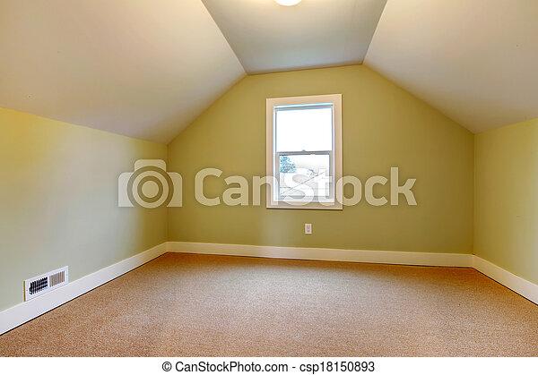 Habitación brillante vacía con techo acorazado - csp18150893