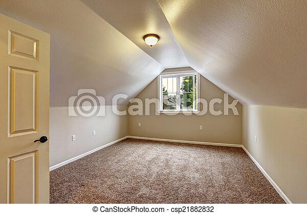 Habitación vacía con techo acorazado - csp21882832