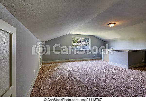 Habitación vacía con techo bajo - csp21118767