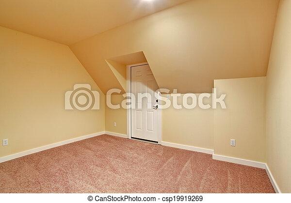 Habitación vacía con techo acorazado - csp19919269