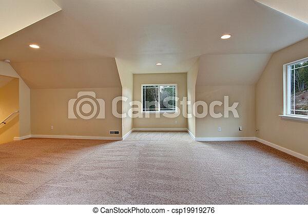 Habitación vacía con techo acorazado - csp19919276