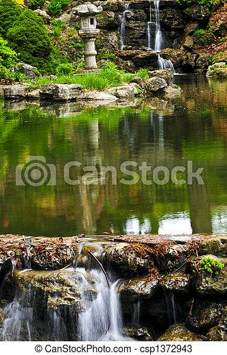 Wasserfall und Teich - csp1372943