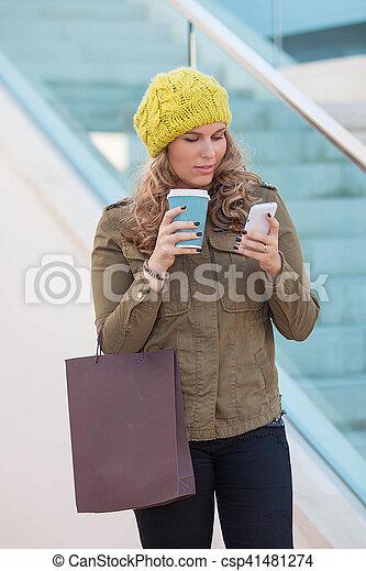 Mujer comprando con café y teléfono - csp41481274