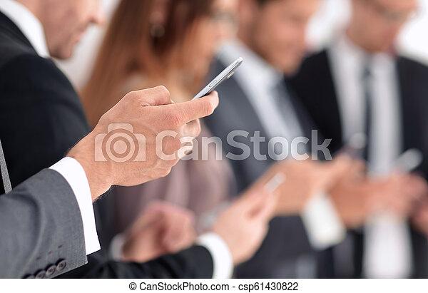 Manos masculinas con celular - csp61430822