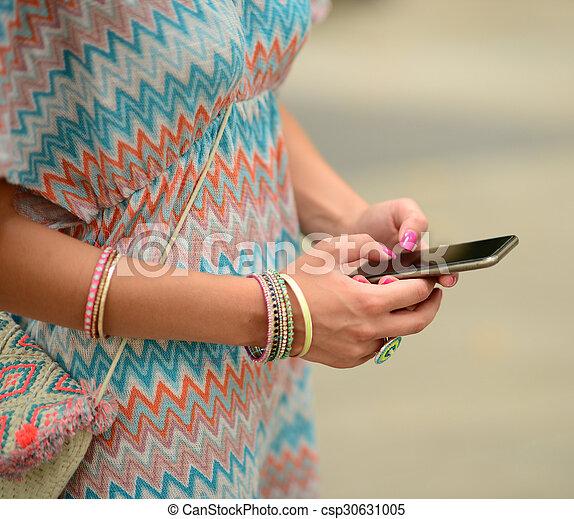 Mujer sosteniendo el móvil - csp30631005