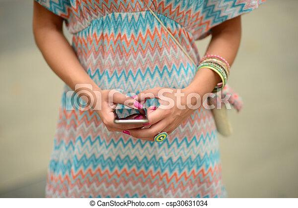 Mujer sosteniendo el móvil - csp30631034