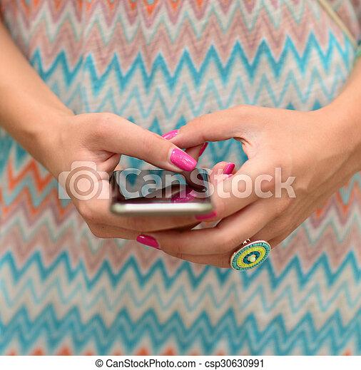 Mujer sosteniendo el móvil - csp30630991