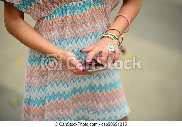 Mujer sosteniendo el móvil - csp30631015