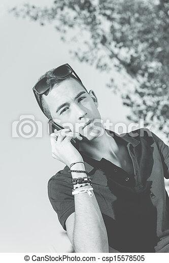 Un joven con teléfono móvil - csp15578505