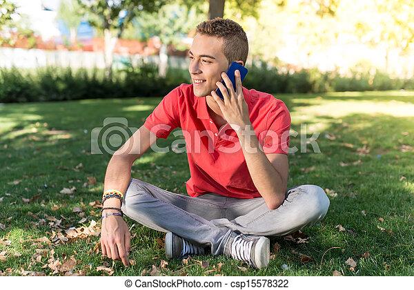 Un joven con teléfono móvil - csp15578322