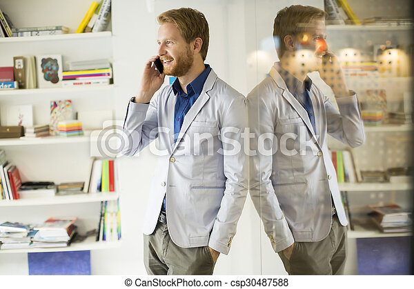 Un joven con teléfono móvil - csp30487588