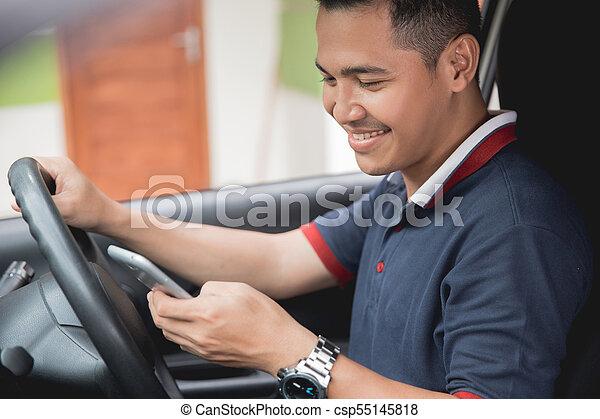Teléfono móvil mientras conduce - csp55145818