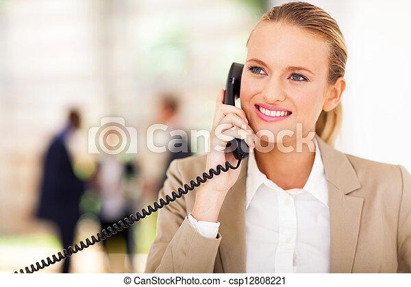 Trabajador de oficina hablando por teléfono fijo - csp12808221