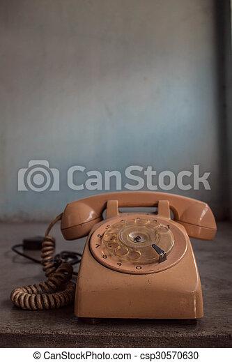 Teléfono viejo en el fondo de concreto - csp30570630