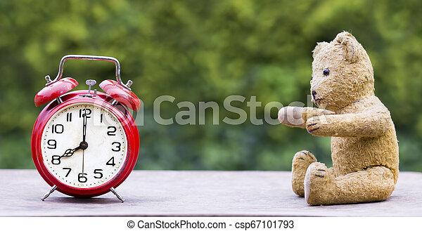 El concepto de ahorro de tiempo de la luz del día, idea de la bandera de la web - csp67101793