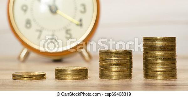El concepto de ahorro de dinero, el estandarte web de monedas de oro - csp69408319