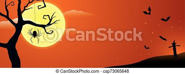 Feliz Halloween, araña espeluznante girando telaraña bajo un árbol muerto bajo la luz de la luna con silueta de murciélagos y espantapájaros en el fondo - csp73065648