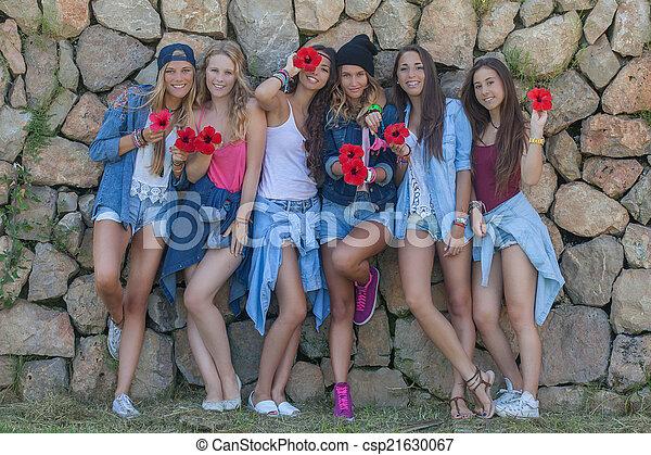 Moda denim adolescente grupo feliz - csp21630067
