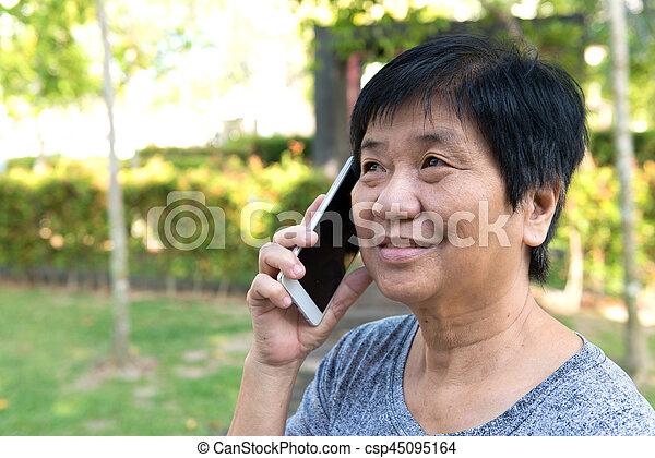 telefon, senior woman, furfangos, beszéd - csp45095164