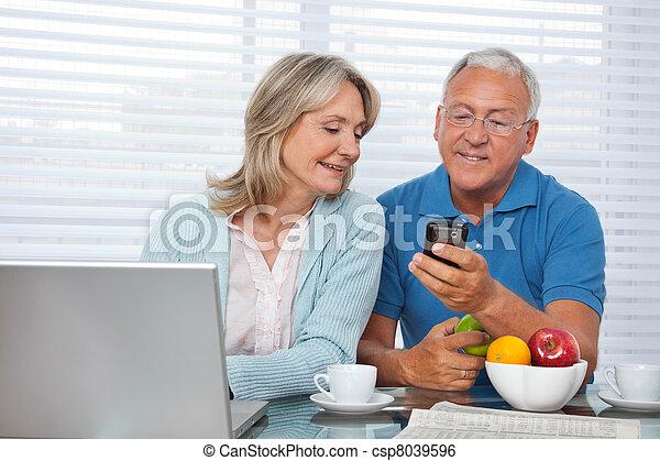 telefone, mostrando, seu, homem, esposa - csp8039596