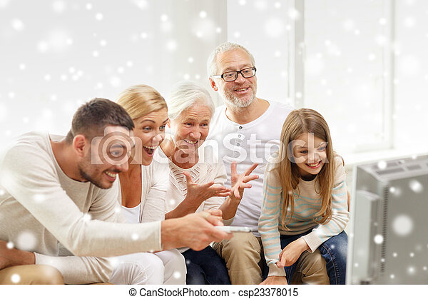 Familia feliz viendo televisión en casa - csp23378015