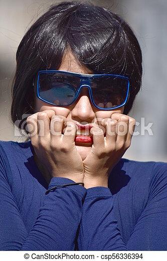 Mujer hermosa temerosa con gafas de sol - csp56336394