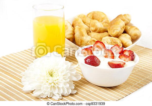 Desayuno temprano - csp9331939