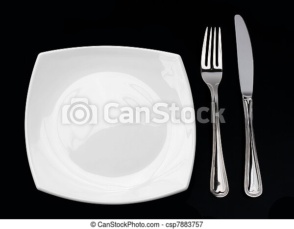 Cuchillo, placa blanca y tenedor en negro - csp7883757