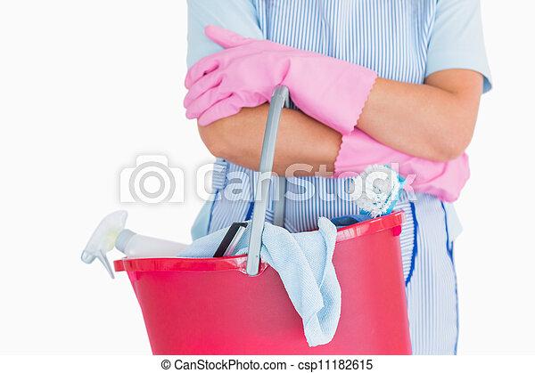 Limpiador sosteniendo un cubo rosa - csp11182615