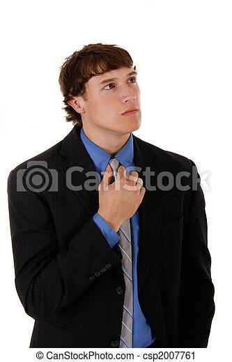Hermoso joven retrato de hombre de negocios sosteniendo corbata - csp2007761
