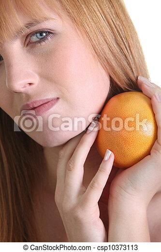 Mujer sosteniendo un pomelo - csp10373113