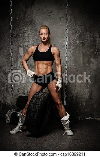 tenue, culturiste, pile, pneus, musculaire, belle femme, debout, chaînes - csp16399211
