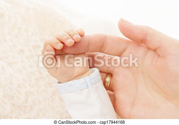 tenue, nouveau né, parent, bébé, doigt, main - csp17944168