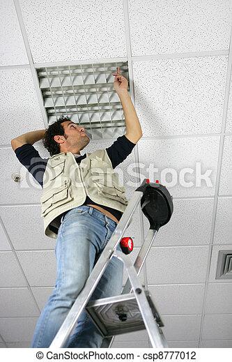 ter vervanging, plafond, man, paneel - csp8777012