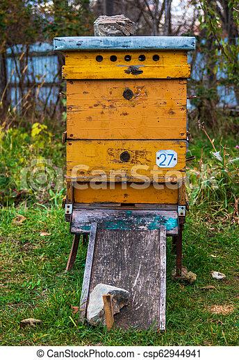 Beehives en el apiario. Completo de la temporada de verano de la colección de miel - csp62944941