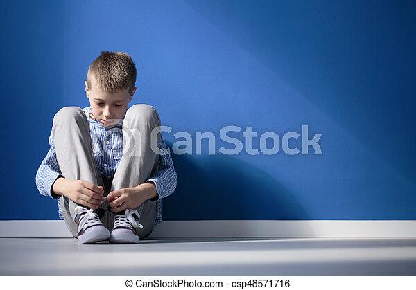 Terneergeslagen jongen kamer. blauwe jongen kamer zittende