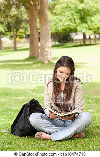 terwijl, lezende , tiener, schoolboek, zittende  - csp10474713