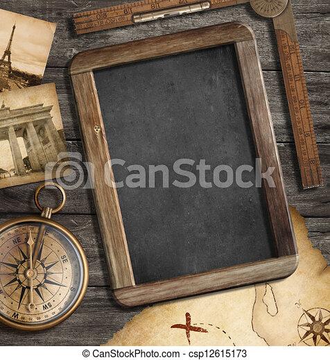 El mapa del tesoro, la pizarra con el espacio, la vieja brújula aún vive. El concepto de aventura o descubrimiento. - csp12615173