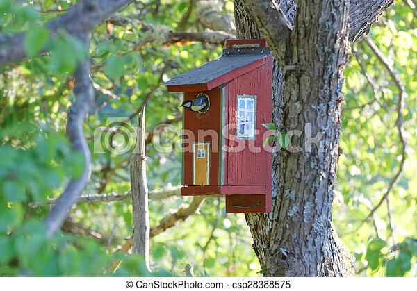 Una gran casa para pájaros pintada - csp28388575